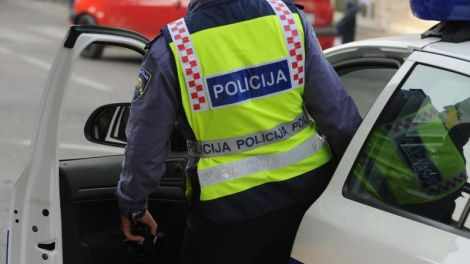udario policajca